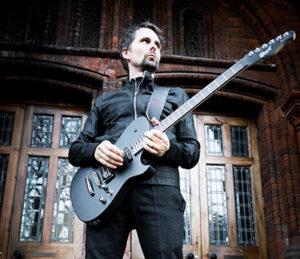 Matt Bellamy, lider y guitarriste de Muse con una Cort